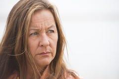 Femme seule inquiétée fâchée extérieure Photographie stock libre de droits