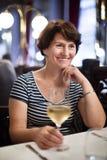 Femme seule pluse âgé au dîner dans le restaurant Photographie stock libre de droits