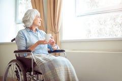 Femme seule supérieure dans le fauteuil roulant photos libres de droits