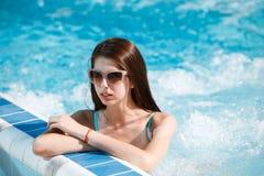 Femme sexy à la piscine photos stock