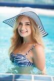 Femme sexy à la piscine photo libre de droits