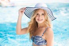 Femme sexy à la piscine images stock