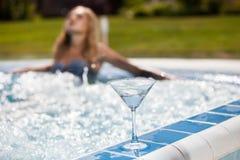 Femme sexy à la piscine photographie stock libre de droits
