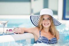 Femme sexy à la piscine image libre de droits