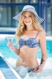 Femme sexy à la piscine photo stock
