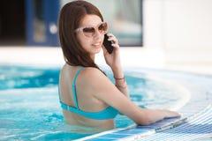 Femme sexy à la piscine photos libres de droits