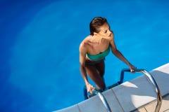 Femme sexy élégante dans le bikini blanc sur le corps mince et bien fait bronzé image stock