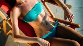 Femme sexy élégante dans le bikini blanc sur le corps mince et bien fait bronzé photos stock