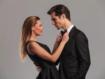 Femme sexy élégante fixant son lover& x27 ; bowtie de s Images stock