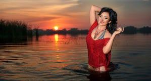 Femme sexy élégante magnifique dans des vêtements de bain élégants avec le ski parfait Photographie stock