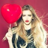 Femme sexy émotive avec le ballon Photographie stock libre de droits