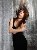 Femme sexy attirante matraquant la danse dans la disco photos stock