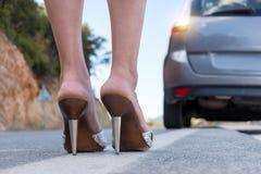 Femme sexy avec de longues jambes se tenant à côté de la voiture Photo stock