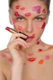 Femme sexy avec des baisers sur le visage dans le rouge à lèvres et des lèvres Image stock