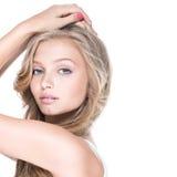 Femme sexy avec des yeux bleus et de longs cheveux bouclés Images stock