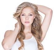 Femme sexy avec des yeux bleus et de longs cheveux bouclés Photo stock