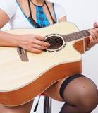 Femme sexy avec la guitare de jeux de bas Image stock