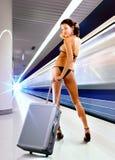 Femme sexy avec le bagage dans le souterrain images stock
