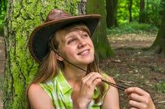 Femme sexy avec le chapeau de cowboy en parc photographie stock