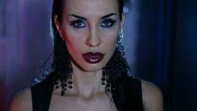 Femme sexy avec le maquillage de gala de soirée banque de vidéos