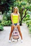 Femme sexy avec le sac de voyage Verticale extérieure de mode Image stock