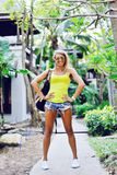 Femme sexy avec le sac de voyage Verticale extérieure de mode Photos libres de droits