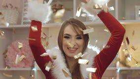 Femme sexy avec le scintillement de soufflement, le sourire et la danse d'or de beau visage lentement clips vidéos