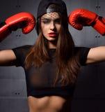 Femme sexy avec les gants de boxe rouges au concept de gymnase au sujet du sport photographie stock libre de droits