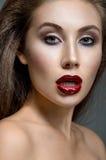 Femme avec les languettes rouges Image stock