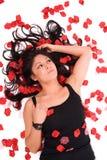 Femme sexy avec les pétales roses. Photographie stock