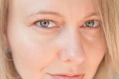 Femme sexy avec les yeux verts et l'expression Flirty images stock