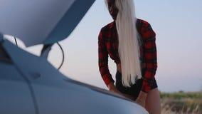 Femme sexy ayant un problème de voiture clips vidéos