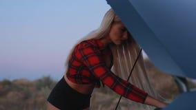 Femme sexy ayant un problème de voiture banque de vidéos