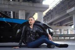 la femme sexy a ouvert le capot d 39 une voiture photo stock image du partie beaut 71534736. Black Bedroom Furniture Sets. Home Design Ideas