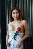 Femme sexy dans la chemise de nuit rose Images libres de droits