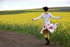 Femme sexy dans la danse de jupe dans la nature photographie stock
