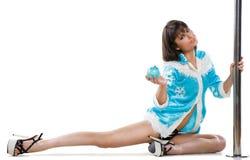 Femme sexy dans la danse de pôle d'exercice de robe de Noël Photo libre de droits