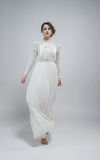 Femme sexy dans la longue rétro robe blanche Image stock