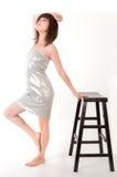 Femme sexy dans la robe argentée de tube photo stock
