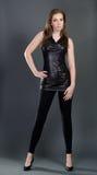 Femme sexy dans la robe noire Photo stock