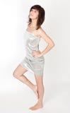 Femme sexy dans la robe sans bretelles argentée métallique images stock