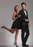 Femme sexy dans la robe tenant son homme par le coude Photos stock