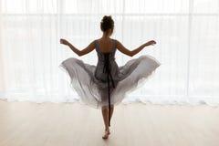 Femme sexy dans la robe transparente, vue arrière photographie stock libre de droits