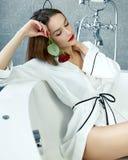 Femme sexy dans la salle de bains dans le jour rose du ` s de Valentine de robe longue en soie Photos stock