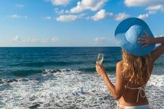 Femme dans le bikini regardant la mer. Photographie stock libre de droits