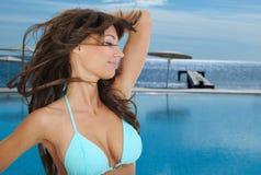 Femme dans le bikini. tropical Image stock