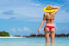 Femme sexy dans le chapeau sur la plage tropicale photographie stock libre de droits