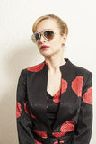 Femme sexy dans le costume avec des lunettes de soleil photographie stock libre de droits