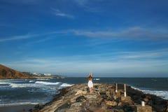 Femme sexy dans le séjour de vêtements de bain de bikini sur la plage d'océan avec la vue des vagues Jeune belle fille avec un ex Photographie stock libre de droits