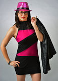 Femme sexy dans un chapeau et une robe assez roses Photographie stock libre de droits